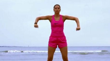 Rinforzare i tricipiti: allenamento in spiaggia – Video