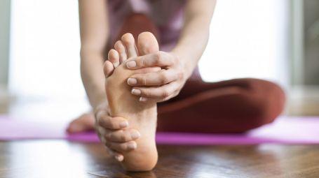 dolore ai piede, donna sportiva, esercizi a casa